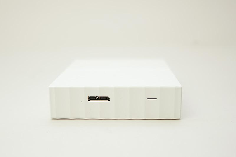 本体のMicro USBコネクタ。右にあるスリットはアクセスLED