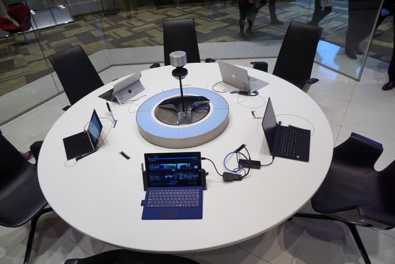 働き方改革を推進する日本マイクロソフトの社内会議室の1つ。手前にはSurface Hubもある