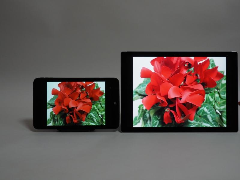 左がraytrektab、右が参考用に並べたSurface Pro 4。色域はともかく、輝度に大きな差があるのがわかる