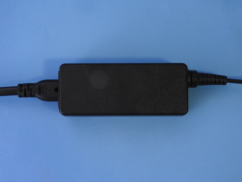 ACアダプタもコンパクトで軽く、携帯性は優れている