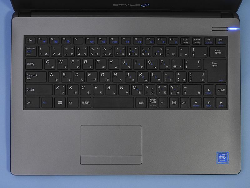 Stl-14HP012-C-CDMMのキーボード。右側の一部のキーのキーピッチが広くなっている。配列は標準的で、キータッチも良好だ