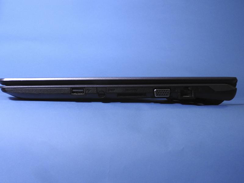 右側面には、USB 2.0、SDカードスロット、ミニD-Sub15ピン、Gigabit Ethernetが用意されている