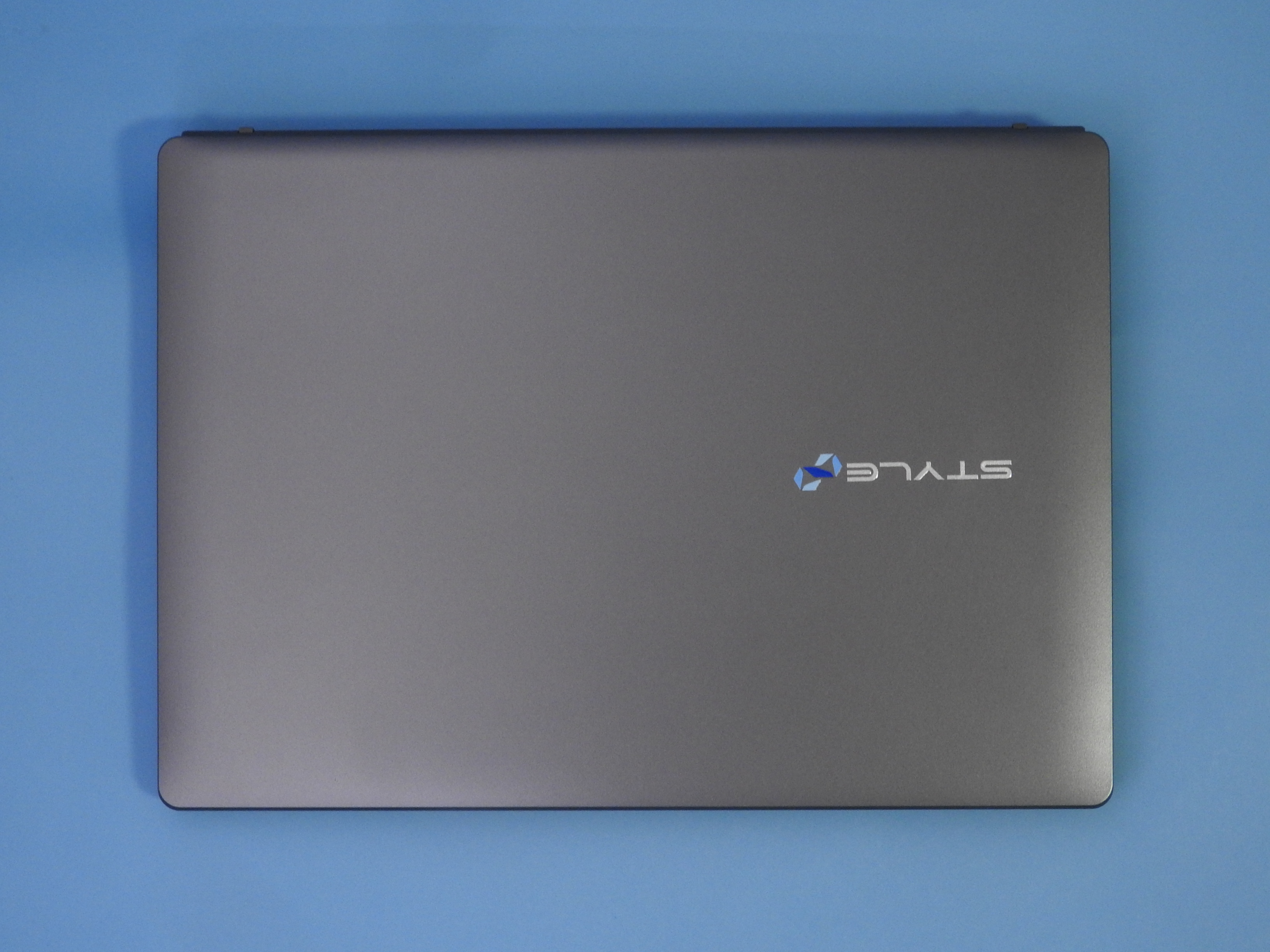 Stl-14HP012-C-CDMMの上面。シルバーを基調としたシンプルなデザインだ