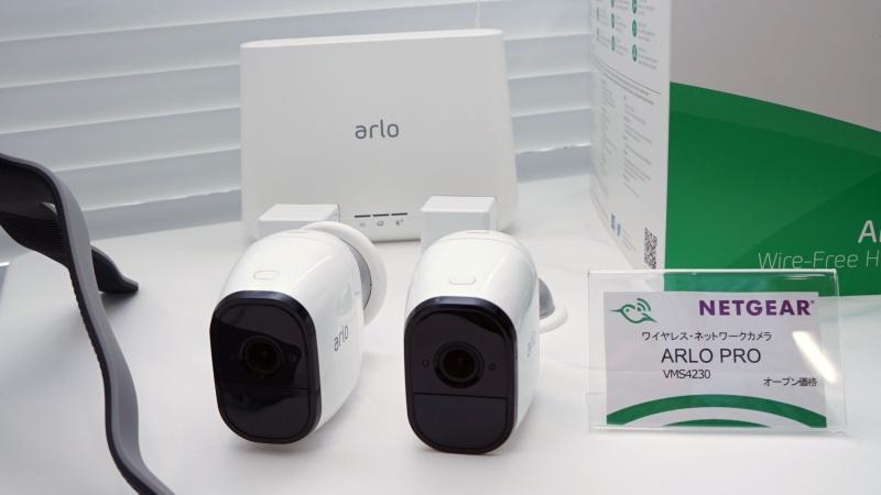 Arlo Pro。カメラ2台がセットで、奥にあるのがベースステーション