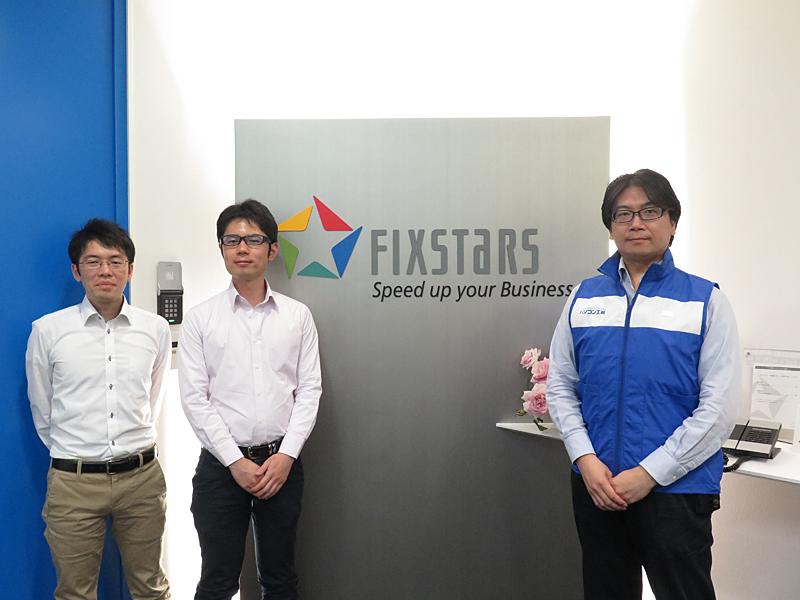 フィックスターズのオフィス入り口にて。左からフィックスターズの青木氏、青野氏、パソコン工房のスタッフ
