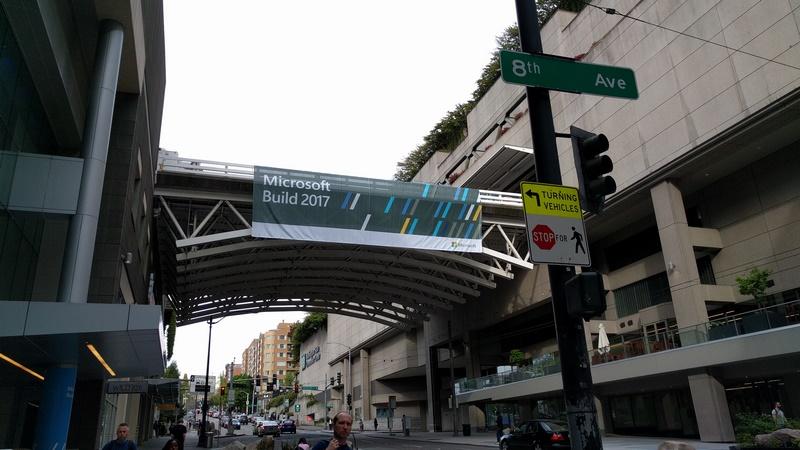 通りをまたいで2つのビルが連結されたワシントンコンベンションセンター