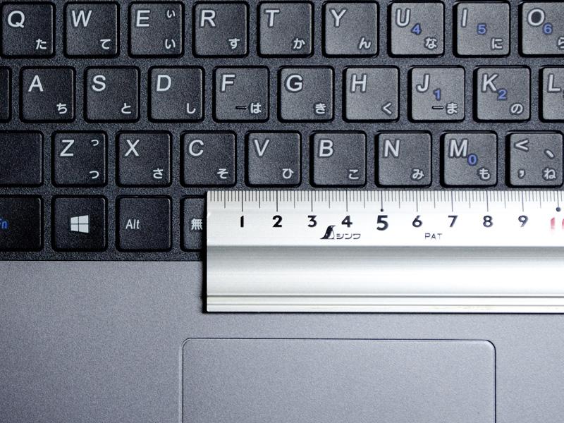 キーピッチは実測で約19mm。一般的に狭くなりがちな「Enter」、「Backspace」、「\」、「{」、「}」などが広いのはプログラマーには嬉しい