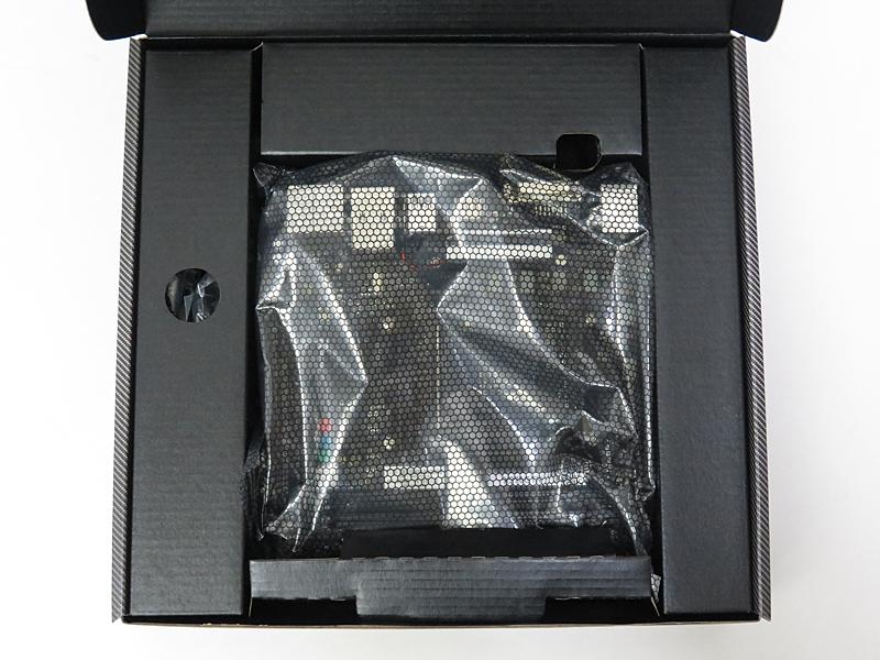 パッケージは2層構造で、マザーボードが上部に置かれている