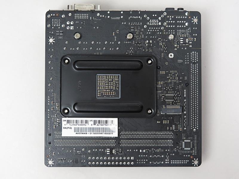 本体底面。AMD標準のCPUのバックプレートが使用されているが、M.2スロットが隣接しているため、サードパーティー製CPUクーラーでは厳しい場合もあるかもしれない