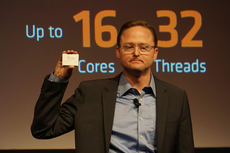 「Ryzen Threadripper」を手に持つAMD 上席副社長 兼 コンピューティング&グラフィックス 事業本部長 ジム・アンダーソン氏