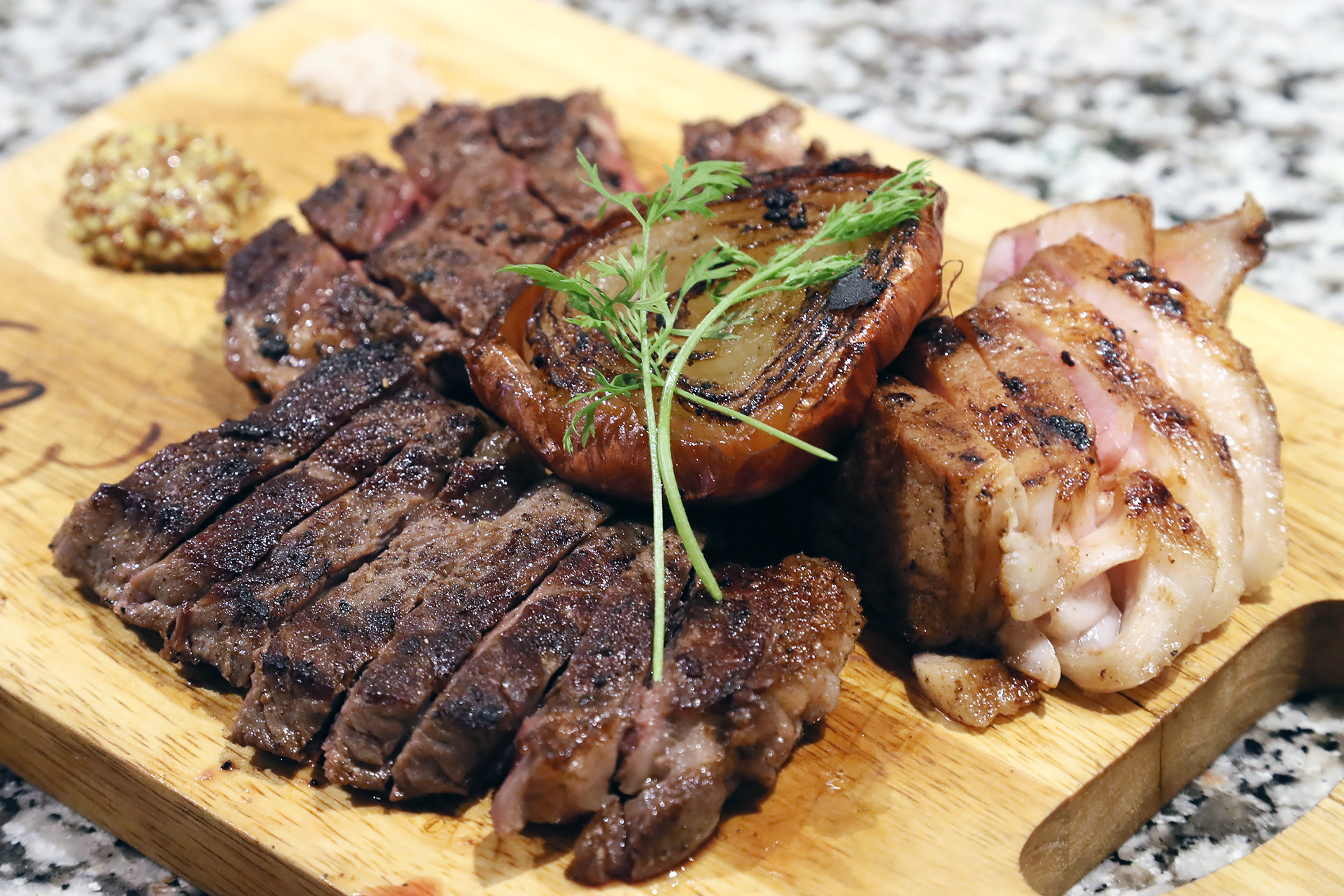 熟成肉の3種盛り合わせ。20日間 熟成ソブロース、15日間 熟成ロース、24日間熟成 豚レボーン