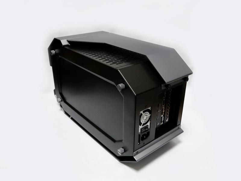 外付けGPUボックス。PowerColorのDEVIL BOXのOEM品であり、本体正面にはDEVILロゴがペイントされている