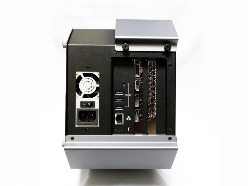 外付けGPUボックス本体背面。Gigabit Ethernet、USB 3.0×4(A端子×3+Type-C×1)、Thunderbolt 3、AC電源コネクタを備える他、搭載したビデオカードの画面出力端子が利用可能