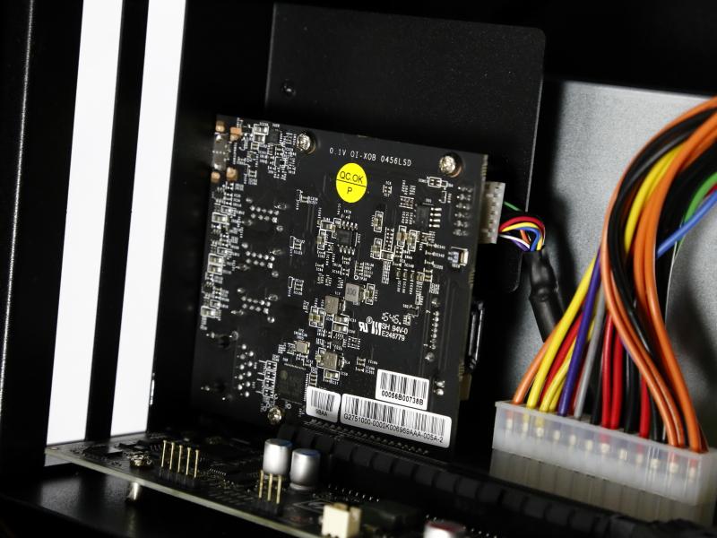 標準装備のインターフェイスボード。外付けGPUボックスのUSB 3.0ポートやGigabit Ethernet、SATA 6Gbpsなどを提供する