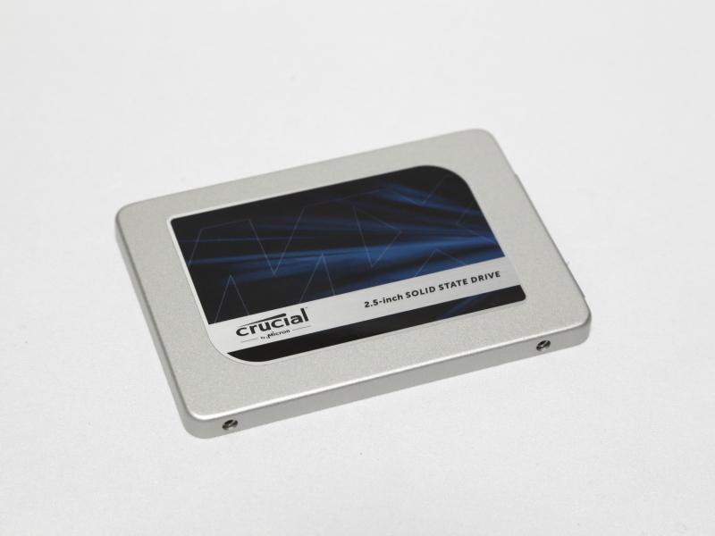 テストに用いたSSDのCrucial MX300 525GB。仕様上では、リード530MB/s、ライト510MB/sの速度を持つSSDだが、外付けGPUボックスを介した接続では何らかのボトルネックが生じているようで、スペック通りの性能は発揮されていない
