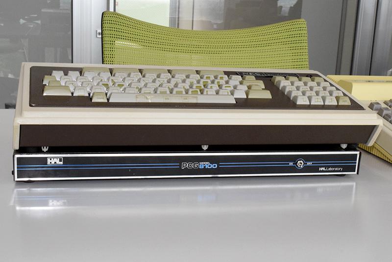 上がNECのPC-8001、下がハル研究所のPCG8100