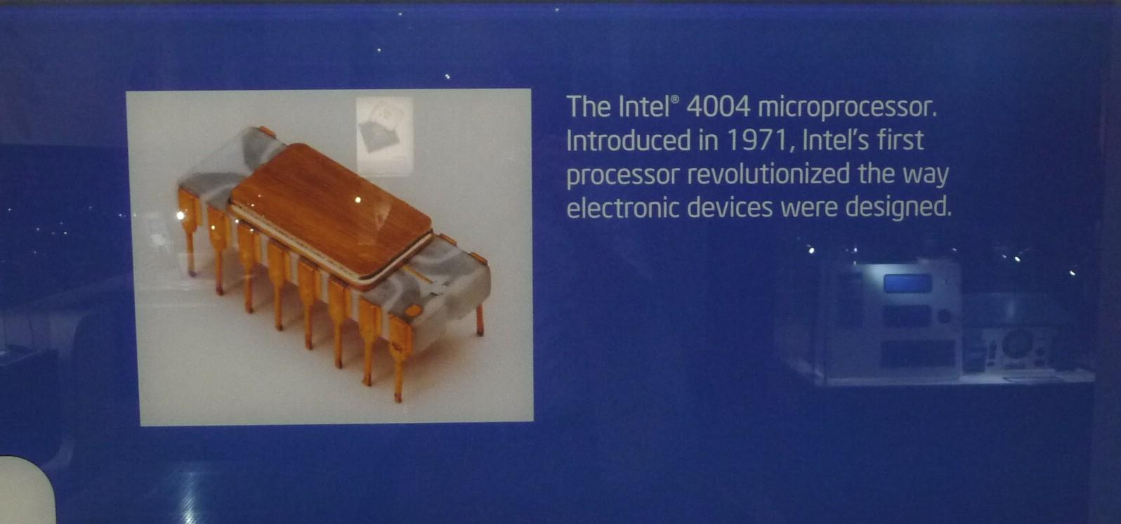 世界初のマイクロプロセッサ「4004」の外観写真。説明書きには、1971年にリリースされたとある