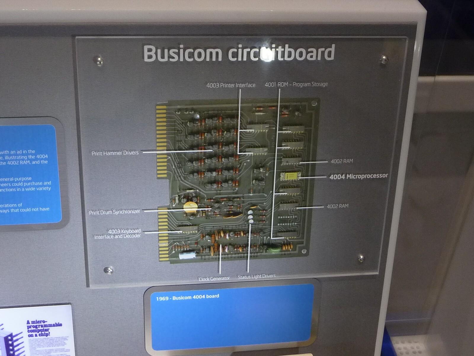 プリンタ付き電子式卓上計算器「141-PF」のメインボード。プロセッサである「4004」を含めた4種類の半導体チップを開発した。プロセッサである「4004」のほかに、ROMの「4001」、RAMの「4002」、インタフェース(シフトレジスタ)の「4003」でチップセット「MCS-4 (Microcomputer Set 4)」(注:Intelは同じチップセットを「4004ファミリ」、あるいは「4000ファミリ」と呼ぶことがある)を構成している