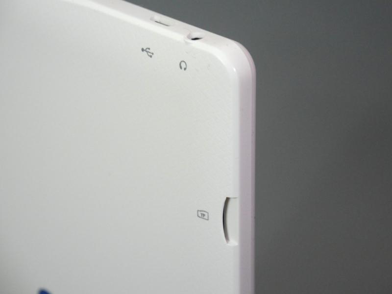 反対側の側面にはmicroSDスロットを備える。200GBまでの容量に対応する