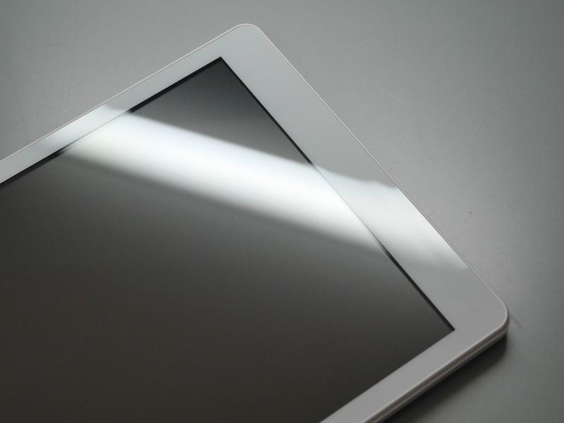 LED灯を画面に反射させるとベゼル部が波打っていることがよくわかる。もっともこうして光を反射させるか、あるいは指先で触れればわかるというだけで、実用面での支障はない