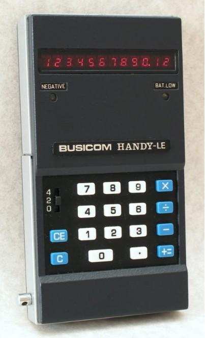"「Busicom LE-120A」の外観写真。外形寸法は幅64mm×奥行き123mm×高さ22mm、重量は330g。電源は単3乾電池4本。表示ユニットに発光ダイオード(LED)を採用した。価格は89,800円。写真の出典:<a href=""http://www.computerhistory.org/revolution/mobile-computing/18/318/2388"" class=""n"" target=""_blank"">Computer History Museum</a>"