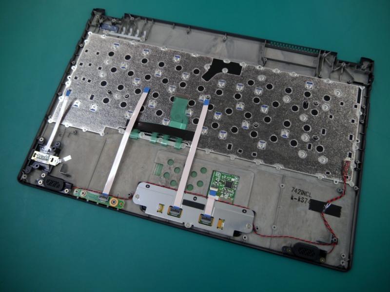 キーボード部。すでに固定用の72本のネジを打ってある。ここに部品を組み込む