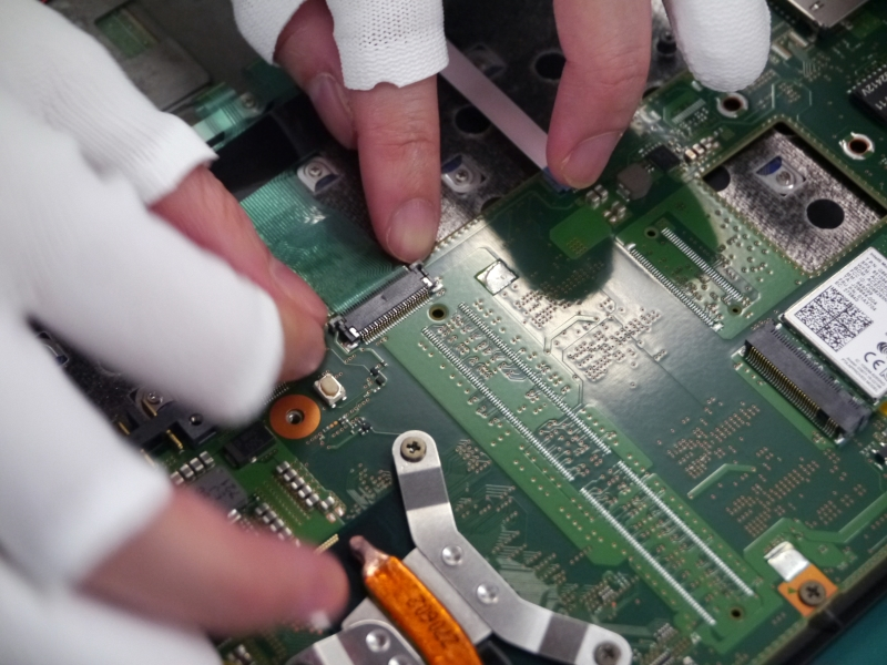 キーボードとメインボードをつなげるフレキケーブルを接続