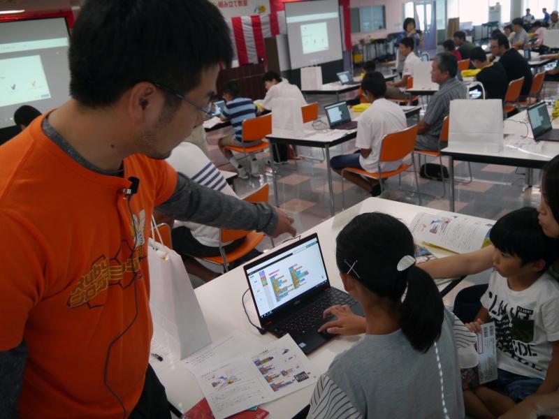 講師の高尾氏は、子供たちの様子を見て回る