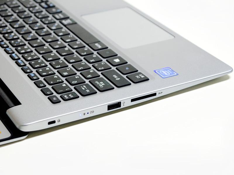 左側面。ロックポート、電源LED、USB 2.0、SDカードリーダ。コネクタの高さからかなり薄いのがわかる