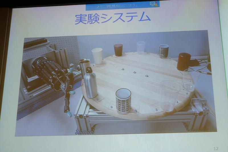 実験システム。回転するテーブルとエアアクチュエータで動くロボットハンドからなる