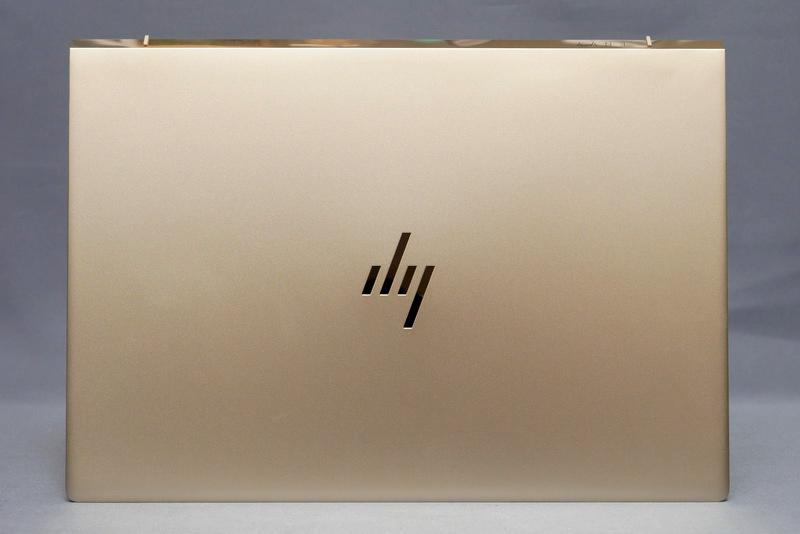 天板部分。梨地処理を施したなめらかな筐体が特徴。フットプリントは305×215mm(幅×奥行き)とコンパクト