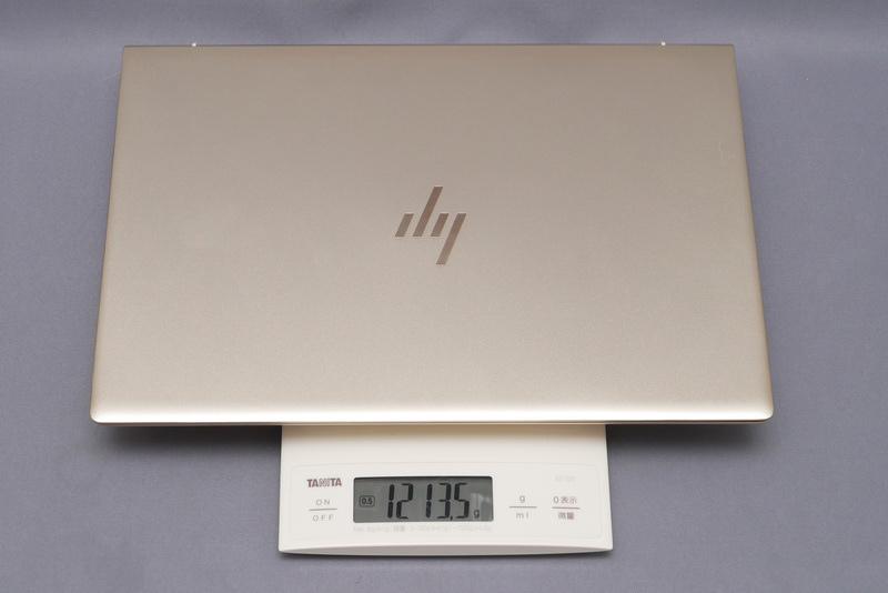 重量は実測で1,213.5g。13.3型モバイルノートPCとしてはまずまずの軽さだ