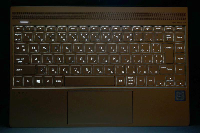 キーボードバックライトを内蔵しており、暗い場所でのタイピングも快適