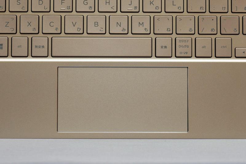 ポインティングデバイスのタッチパッドはクリックボタン一体型。ジェスチャー操作にも対応しており操作性は良好だ