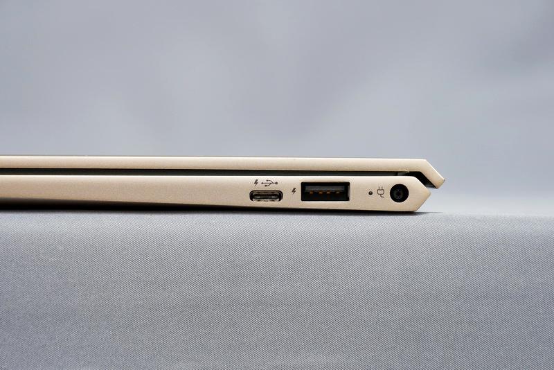 右側面には、USB 3.0 Type-C、USB 3.0、電源コネクタを用意