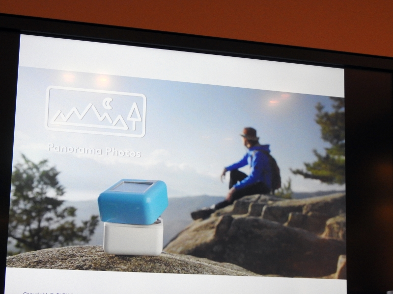 PLEN Cubeの利用イメージ。首を振ってパノラマ撮影が可能