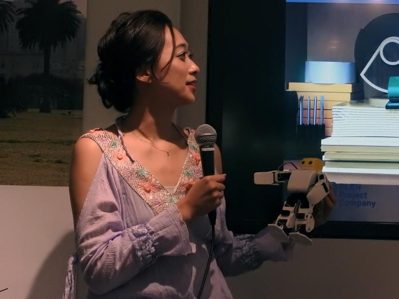 梨衣名さんは、PLENの小型二足歩行ロボット「PLEN2」が大好きだそうだ