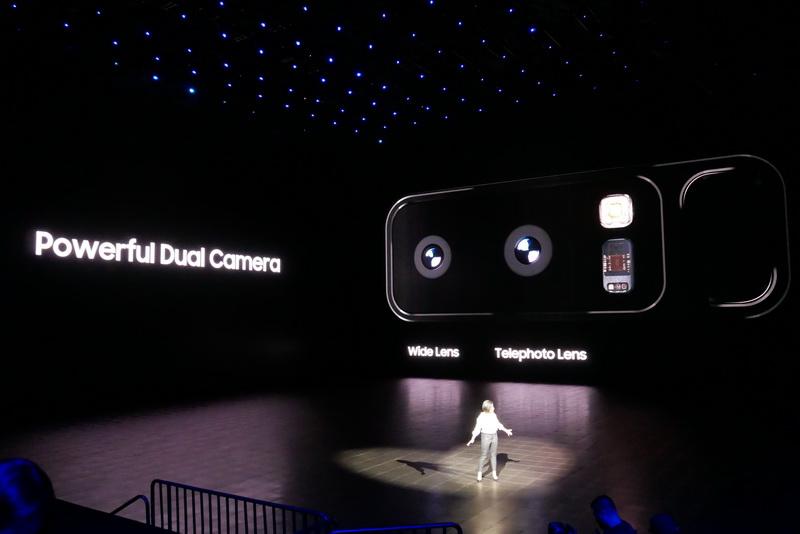 背面のメインカメラには、広角レンズと望遠レンズを備えるデュアルレンズカメラを搭載