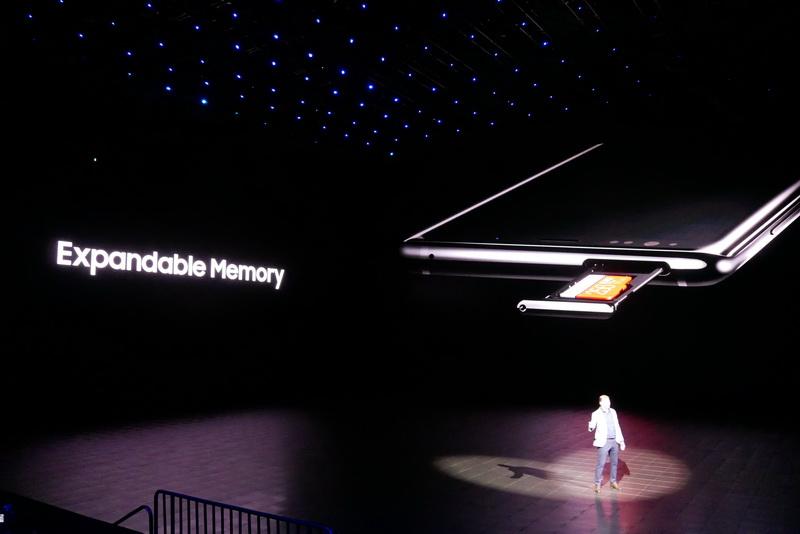 microSDカードを利用した内蔵ストレージの増強も可能