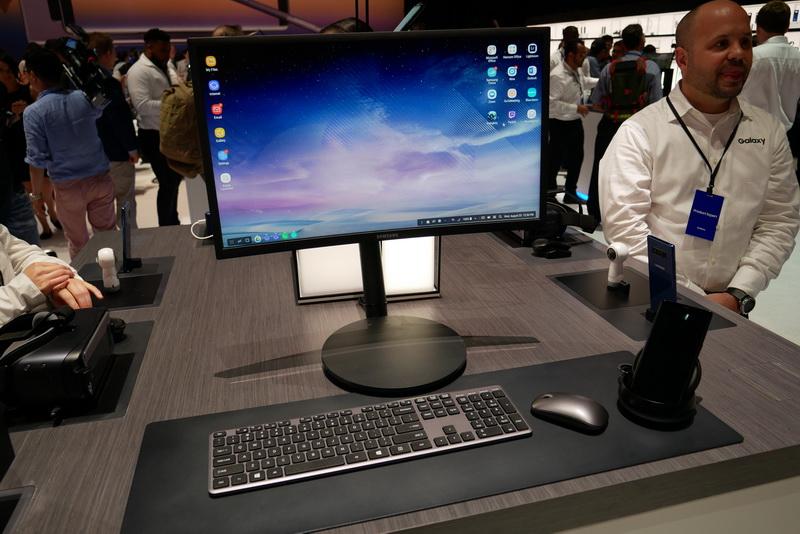 Samsung DeXに装着し、外部ディスプレイやキーボード、マウスを接続すれば、デスクトップPC相当に活用できる