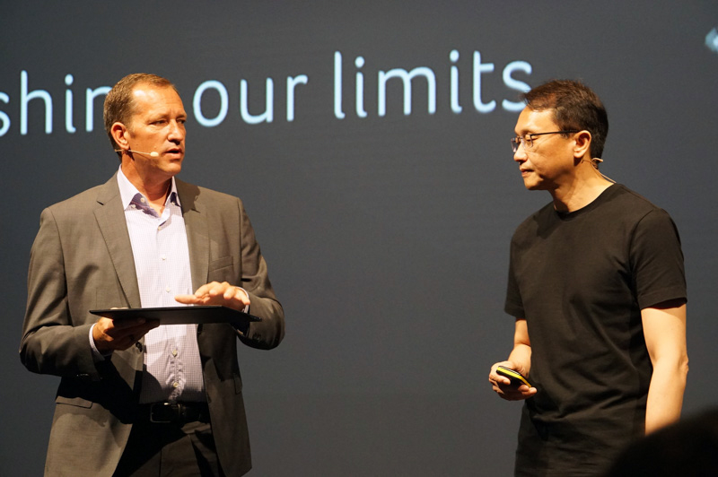 Acer 社長 兼 CEOのジェンソン・チャン氏(左)がSwift 7をチラ見せ