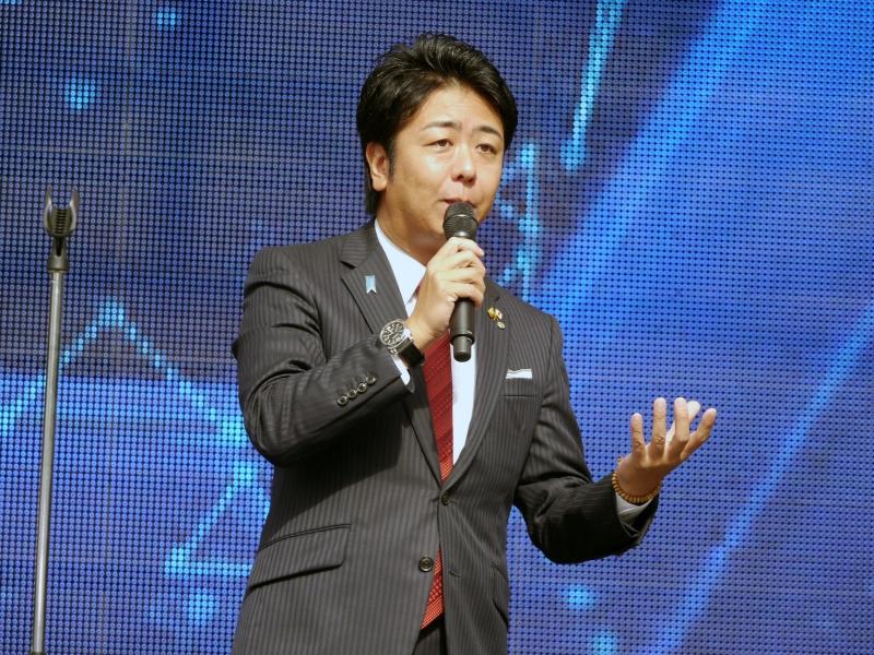 アナウンサー出身らしくステージ上で盛り上げる福岡市の高島宗一郎市長