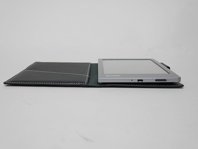 本体底面にMicro USBポートと電源スイッチを装備