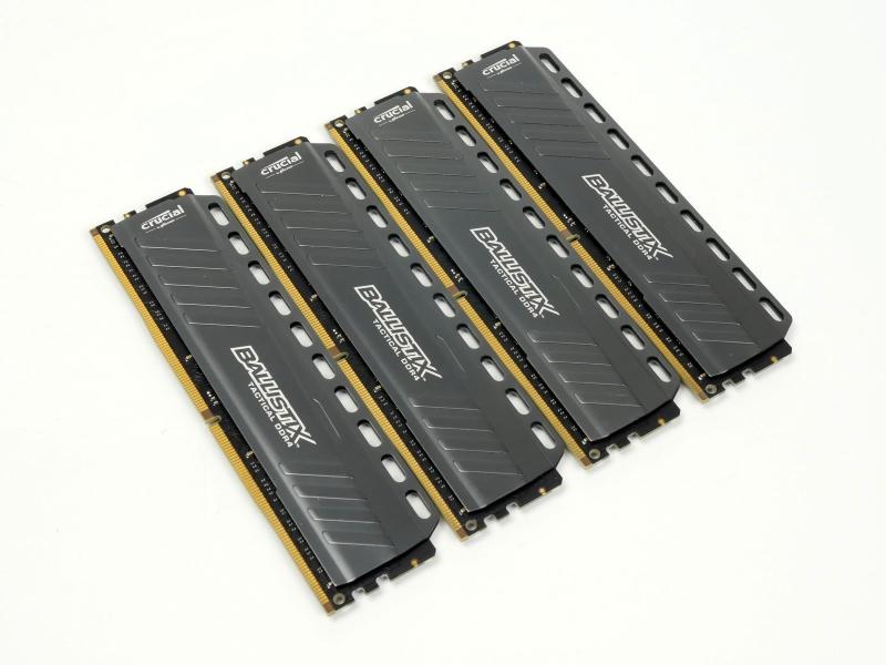マザーボード以外のハードウェアは共通。メモリは8GBのPC4-21300モジュールを4枚利用した。Crucial Ballistixの2枚組セット「BLT2K8G4D26AFTA」を2組利用している