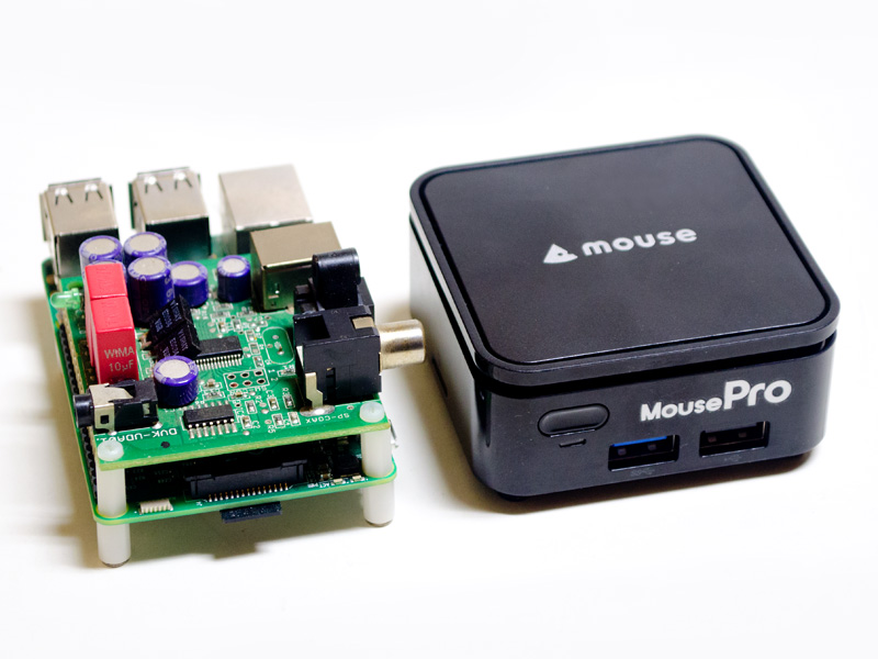 「Raspberry Pi3 Model B」との比較。ほとんど変わらないフットプリントだ。上の基板は、専用のアドオンではなく、偶然サイズがピッタリだったUSB-DAC(DVK-UDA01)