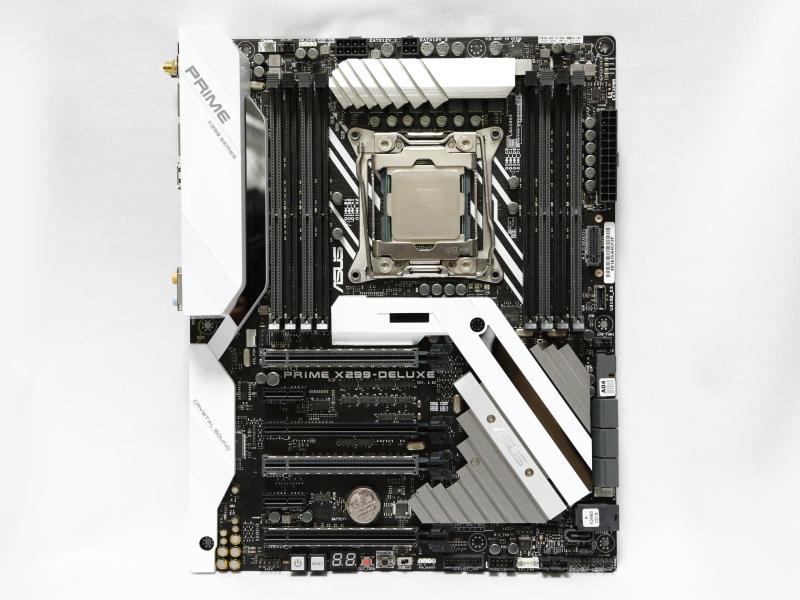 ASUS PRIME X299-DELUXE。4本のPCI Express x16スロットを備えており、各スロットのレーン数は搭載CPUによって変化する