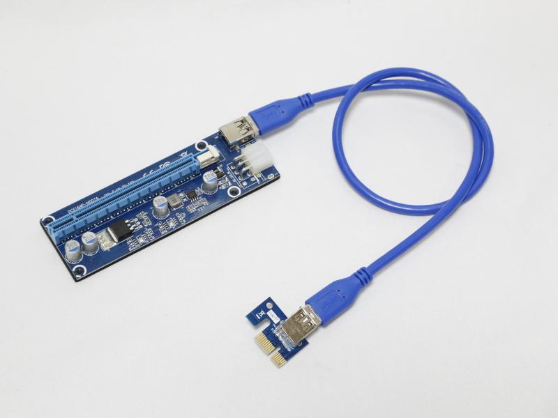 「PCI Express x1→x16」仕様のライザーカード。ビデオカードを延長して配置できるため、マイニング用途で人気の製品だ