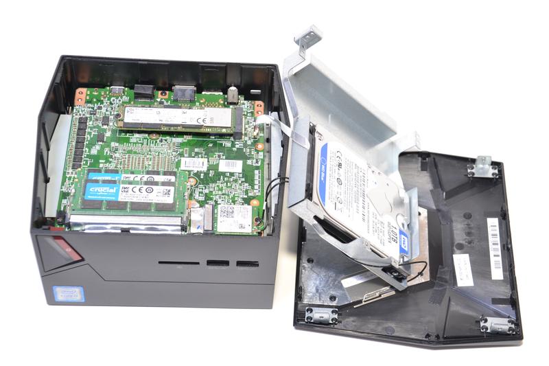 上蓋の先にある金属プレートのネジを外すと、ストレージやメモリなどにアクセスできる。HDDへのケーブルが薄いケーブルなので断線に注意