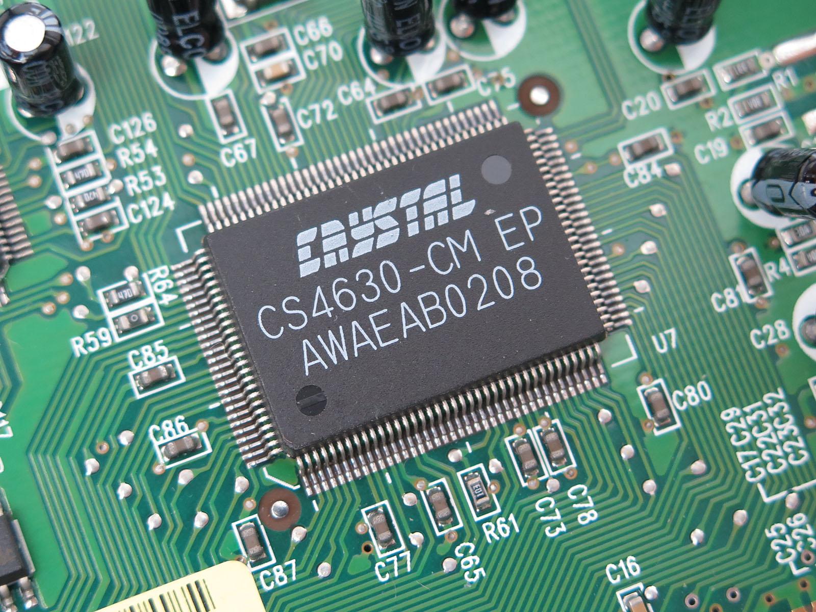 本製品の心臓部、CS4630。140MHzで駆動する、プログラマブルなストリームプロセッサを内蔵する