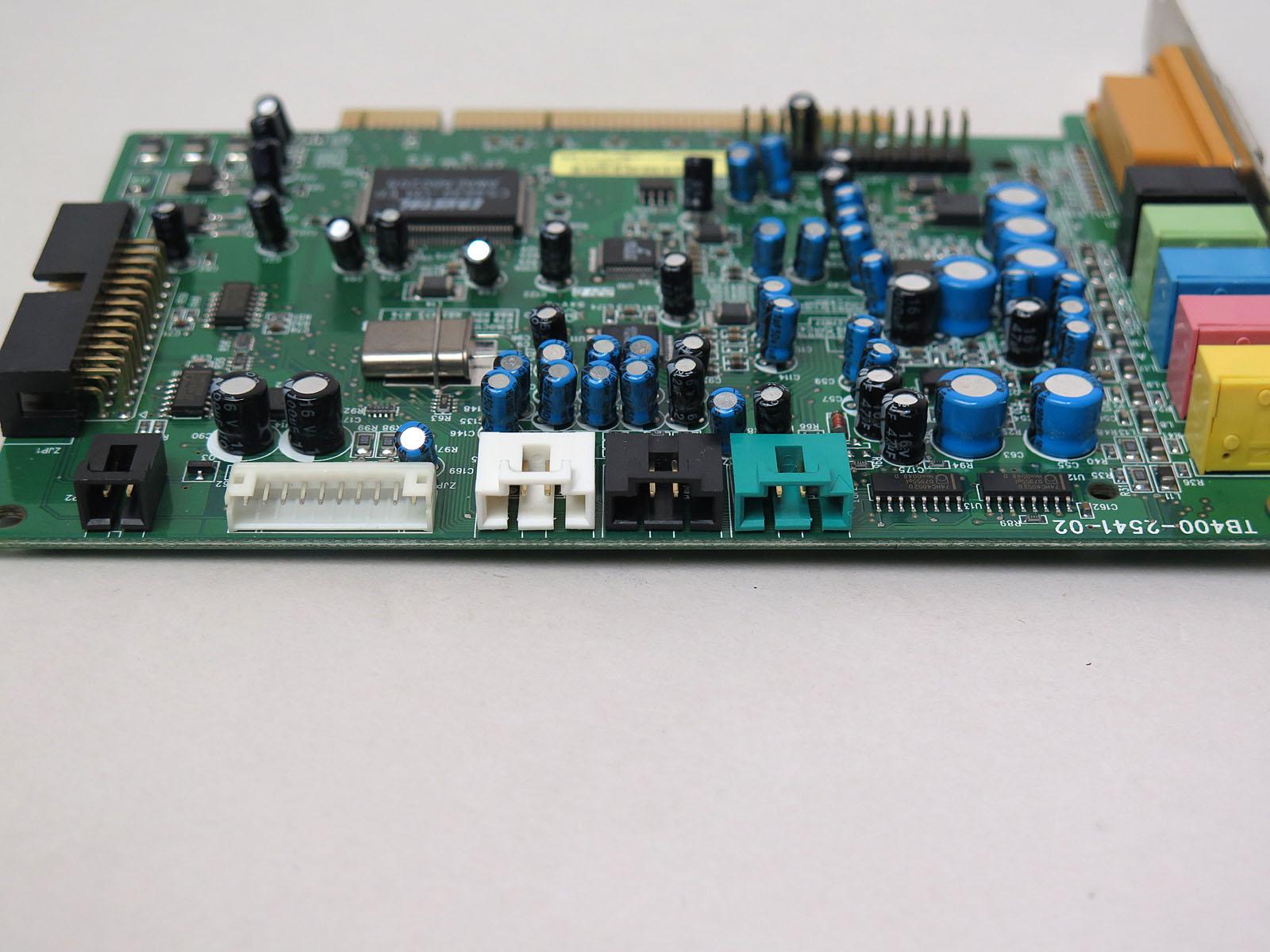 内部端子。左からS/PDIF入力、マイク/ヘッドフォン入力、AUX IN、CD IN、TAD IN